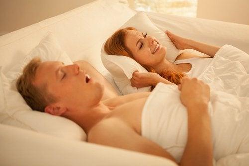 Sforăitul poate cauza numeroase probleme într-o relație de cuplu