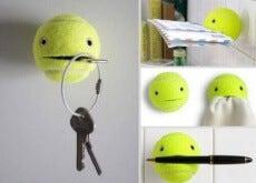 Cu acest truc casnic, vei obține un cuier dintr-o minge de tenis veche