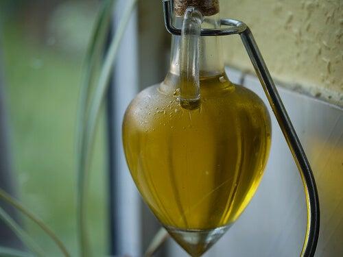 Uleiul de măsline în recipient de sticlă