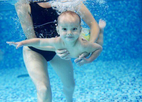 Înecul este un risc și pentru copiii care înoată bine