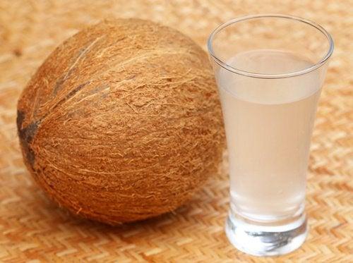 Apa de nucă de cocos este o băutură foarte sănătoasă