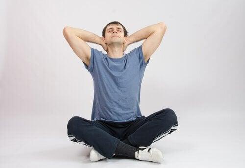 Există diverse exerciții pentru a reduce bărbia dublă