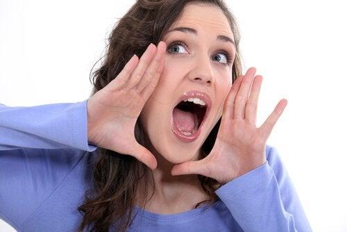Jocul vocalelor te poate ajuta să-ți reduci bărbia dublă