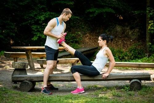 Întinde piciorul pentru a ameliora crampele musculare