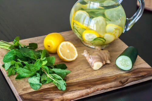Următoarea dietă detoxifiantă presupune prepararea unei băuturi sănătoase