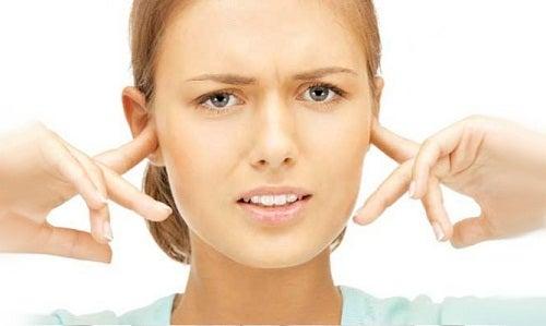Femeie în căutare de remedii pentru acufene