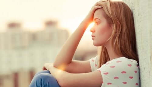 Femeie tristă aflând cum gândurile negative devin boli