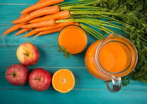 Menține frumusețea pielii cu un smoothie de morcovi și mere