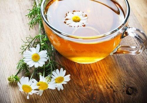 Ceaiul de mușețel pe lista de ceaiuri care curăță arterele