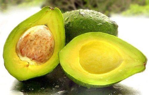 Împiedică oxidarea fructelor de avocado păstrând sâmburele intact