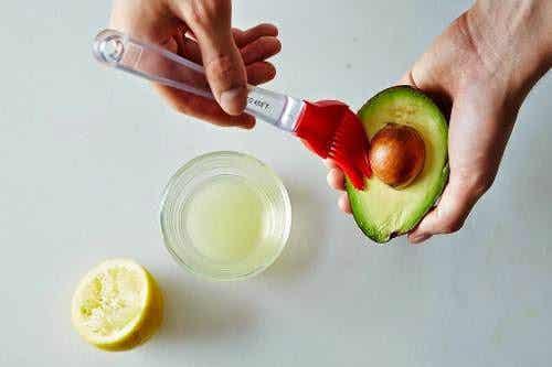 Cum se previne oxidarea fructelor de avocado?
