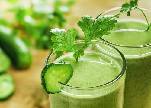 Un pahar de smoothie verde este benefic pentru pielea ta
