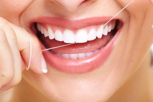 Placa bacteriană îndepărtată cu ața dentară