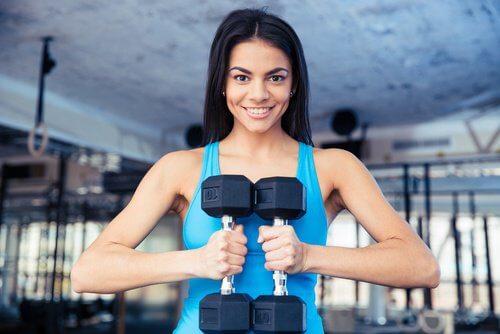 Ridicarea greutăților ajută la tonifierea musculaturii