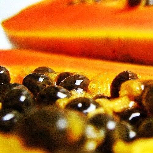 Poți să slăbești mâncând papaya cu tot cu semințe
