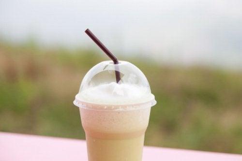 Bea un smoothie cu cafea bogat în proteine