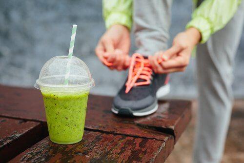 Bea la micul dejun un smoothie bogat în proteine