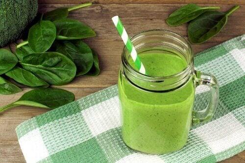 Un smoothie verde arde grăsimea de pe abdomen