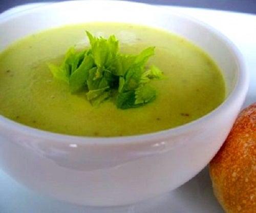 Supe care elimină toxinele din urzică și țelină
