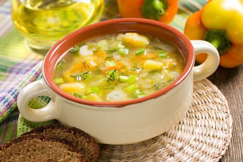 4 rețete de supe care elimină toxinele