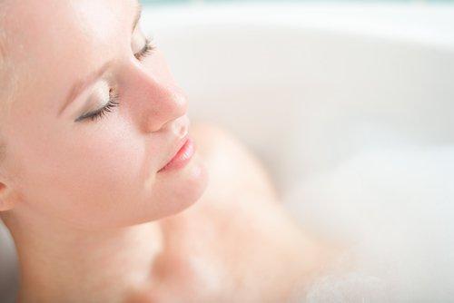 E greși să te speli pe corp cu apă foarte caldă