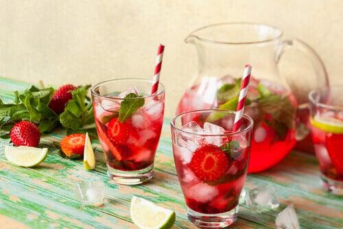 Rețete de apă detoxifiantă cu căpșuni