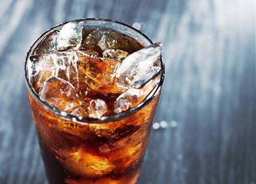Băuturile energizante conțin foarte multă cofeină
