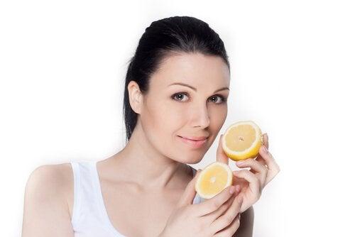 Beneficiile oferite de apa cu lămâie pentru femei