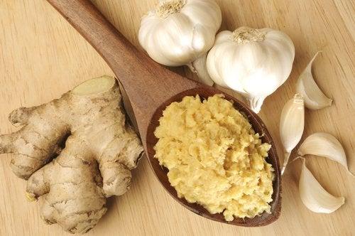 Beneficiile unui remediu natural cu ghimbir și usturoi