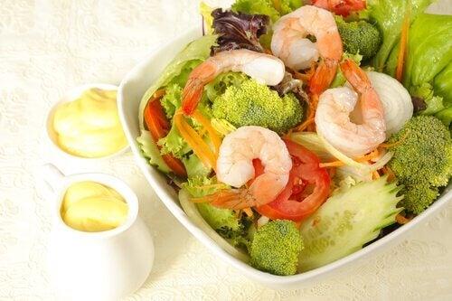 Te sfătuim să mănânci salată cu broccoli și crevete