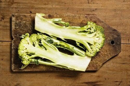Multe persoane nu știu că tulpina de broccoli este comestibilă