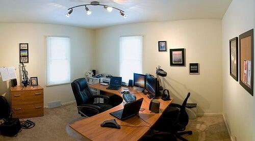 Câmpurile electromagnetice sunt prezente în birou