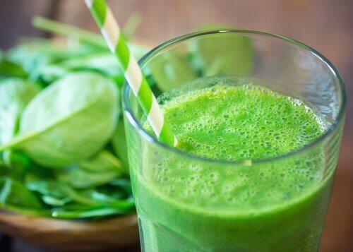 Un pahar de suc verde ține cancerul la distanță