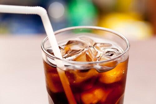 Cola în pahar cu gheață