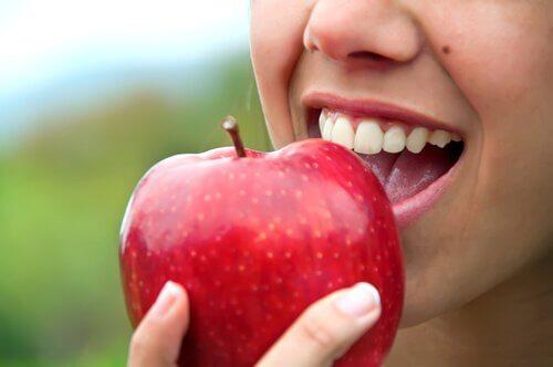 Cum să obții un bust ferm prin consumul de mere