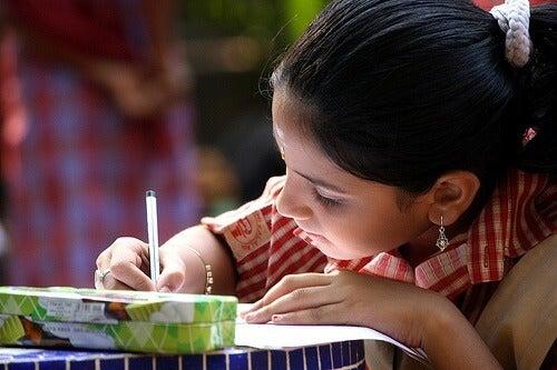 Copil care studiază