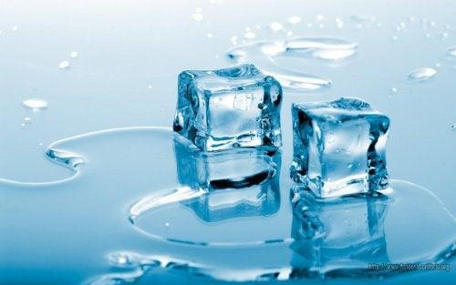 Cuburi de gheață care tonifică pielea feței