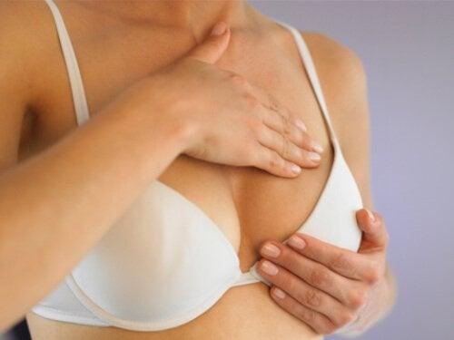 Femeie care manifestă simptome timpurii de cancer mamar