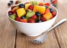 Nu ezita să-ți prepari o salată cu fructe antiinflamatorii