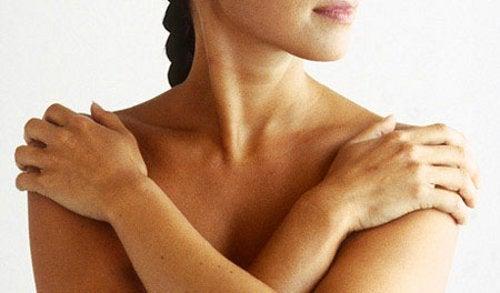 Gâtul înțepenit poate fi remediat cu un masaj