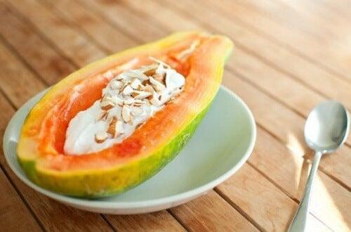 Dacă ai poftă de fructe antiinflamatorii, încearcă papaya cu iaurt