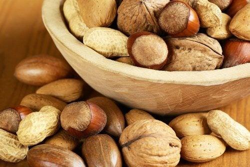 Gelatina și nucile hrănesc părul