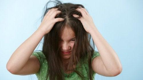 Părul copiilor necesită protecție împotriva mătreții
