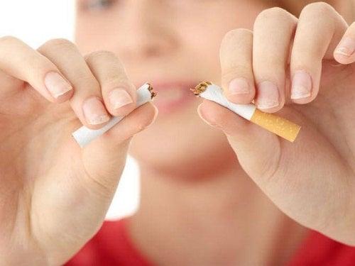 Femeie rupând o țigară