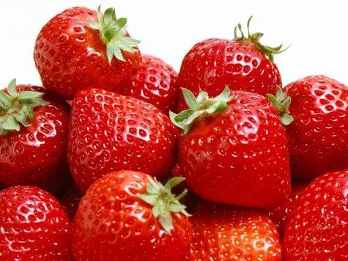 Remedii naturale pentru pistrui pe bază de căpșuni