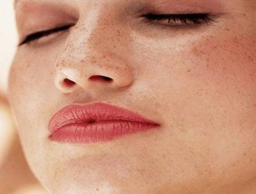Remedii naturale pentru pistrui apăruți pe față