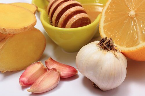 Prepară un remediu cu miere și usturoi