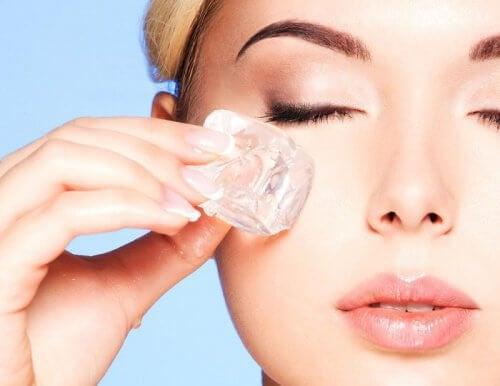 Terapia cu gheață întinerește pielea feței