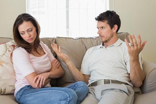 Tineri aflându-se într-o relație nefericită
