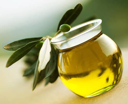 Uleiul de măsline întărește unghiile fragile